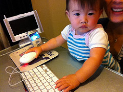 baby-w-mom-on-computer